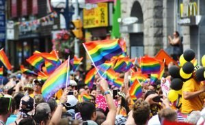 gruppi-bandiere-arcobaleno-manifestazione