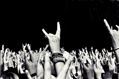 rock-concerto-corna-foto-bianco-nero
